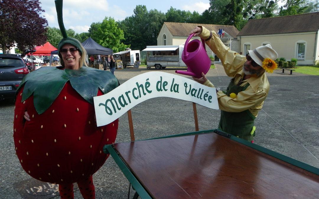 """La compagnie """"Pile Poil"""" sur le marché de la Vallée à Montgeroult"""